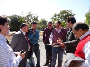 com prefeitos recebendo relatorio social da entidade 300x225 Caramez visita Vale da Bênção em Araçariguama