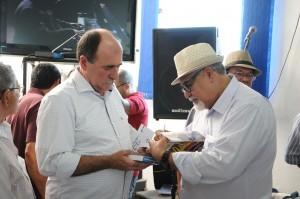 """foto101 300x199 No lançamento do livro """"Conduzimos"""", Caramez confirma apoio aos aposentados em transporte e cargas"""
