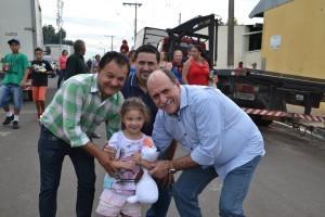 foto- Autoridades com criança durante evento na cidade
